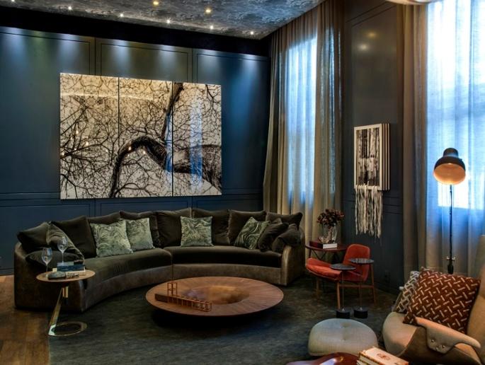casacor-sofa-curvo-veludo-parede-azul-denise-barreto